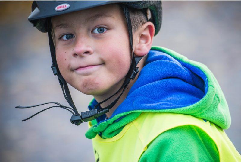 gutt med hjelm