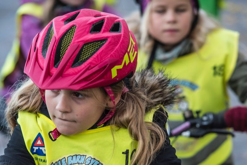 jente med hjelm på sykkel