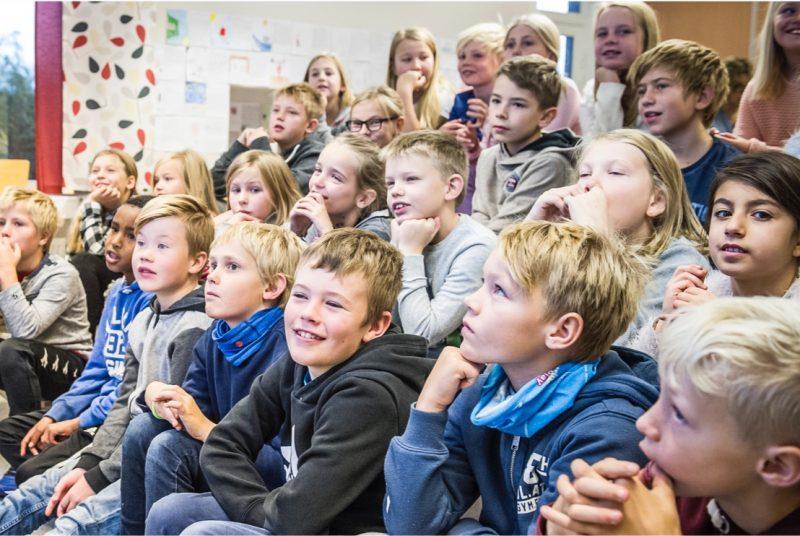 fornøyde elever i klasserom