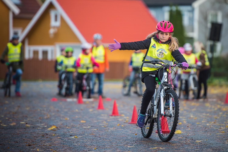 Syklende jentegir signal om å sykle til høyre